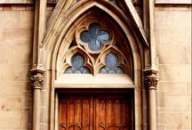 the doors of the world / Le porte delle case sono un biglietto da visita del padrone di casa.