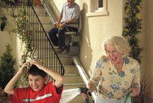 320 ΓΙΑ ΕΞΩΤΕΡΙΚΟΥΣ ΧΩΡΟΥΣ / Χάρη στον ειδικό σχεδιασμό της Stannah το κάθισμα διπλώνει επίπεδα και κατά μήκος του τοίχου αφήνοντας ελεύθερο χώρο για τους υπόλοιπους χρήστες της σκάλας, ενώ η μπουτονιέρα τοίχου κλήσης-αποστολής σας επιτρέπει να το καλείτε από το ανώτερο ή το κατώτερο σημείο της σκάλας.