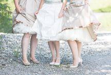 Brautjungfern   Bridesmaids / Brautjungfern sieht man auch in Deutschland immer mehr und was gibt es schöneres als die Brautjungfern in passenden Brautjungfernkleidern einzukleiden. Wie wunderschön die Braut mit ihren Brautjungfern aussehen kann, zeigen wir Euch hier.
