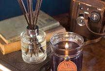 WoodWick Reserve / Kolekcja Reserve to wyrafinowane męskie zapachy, perfekcyjnie zaprojektowane szkło i etykieta z prawdziwej skóry.