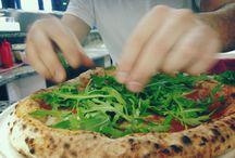 """Gourmet Pizza / la nostra pizza Gourmet  nasce dall'utilizzo di ingredienti di qualità, da abbinamenti insoliti che permettono di far prendere vita a ciò che comunemente chiamiamo  """"la pizza"""" .  Questa è una pizza diversa... e vive di vita propria. Lievitazione naturale per oltre 24 ore"""