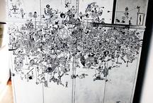 Diario Visivo  / Sono storie raccontate, nero su bianco, con un tratto netto e preciso, messo lì a riempire lo spazio come una texture, che da lontano sembra formare una superficie informe, ma avvicinandosi rivela oggetti, cose, persone, situazioni, storie, fantasie.  È un gioco di contrapposizioni tra pieno e vuoto: lo spazio negativo di una figura è origine e luogo occupato da un'altra, nuova, diversa.   Contrasti  tra pieno e vuoto, giochi di parole, scherzi del linguaggio, lazzi illustrati