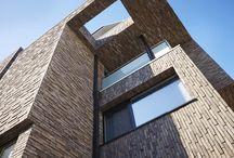 Innovate.in.architecture.05 - NL / Als bouwprofessional zweert u bij enkele stelregels. Kwaliteit, creativiteit en originaliteit horen daar ongetwijfeld bij. Maar ook duurzaamheid wint in de sector aan belang. En nieuwe bouw- en architectuurtrends maken elk jaar hun intrede. In deze Innovate.in.architecture.05 maakt u kennis met de troeven van onze materialen en ontdekt u enkele spraakmakende projecten van collega-architecten met Wienerberger oplossingen.