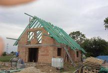 Projekt domu Wisełka / Projekt domu Wisełka to parterowy, jednorodzinny dom z poddaszem użytkowym, przekryty dwuspadowym, symetrycznym dachem. Budynek zaprojektowano z myślą o cztero-pięcioosobowej rodzinie. Dom może służyć również jako letniskowy.