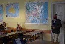 """""""Międzynarodowy dialog zawodowy"""" Erasmus+ / Tablica dotyczy projektu """"Międzynarodowy dialog zawodowy"""" realizowanego w ramach programu Erasmus+ w Zespole Szkół Ponadgimmnazjalnych nr 2 w Krośnie.  """"Współfinansowany w ramach programu Unii Europejskiej Erasmus+"""""""