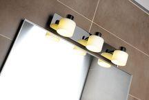 Osvětlení / Lights / Dostatek světla vám zajistí kombinace centrálního stropního osvětlení s komorním světlem nad zrcadlem či umyvadlem. Zajímavou variantou jsou LED pásky, které umožňují různé tlumení a změny barvy pro podkreslení té správné atmosféry. Ke každému zrcadlu či skříňce si u nás můžete dokoupit přídavné osvětlení nebo si je sami sestavit z LED pásků a hliníkových profilů.