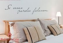Adesivos para Quarto de Casal / Adesivos de parede decorativos para o quarto do casal. Modelos fazem parte da coleção do Mudo Minha Casa.