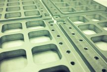 Domofony Radbit - polska produkcja / Nasze domofony produkujemy w Polsce. Z najlepszych materiałów. Anodowane aluminium, mosiądz, podświetlane przyciski, unikalny design i dużo zaangażowania - dzięki temu nasze domofony są niepowtarzalne, eleganckie i trwałe.