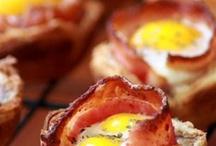 Рецепты блюд с перепелиными яйцами / Яйца перепелов весят 10–12 грамм и имеют очень тонкую скорлупу пятнистой окраски. По сравнению с куриным яйцом в перепелином в 2,5 раза больше витаминов и в 4,5 раза больше фосфора, калия и железа. Перепелиные яйца, так же как и куриные, продаются в большинстве супермаркетов и могут храниться в холодильнике до 5 недель.