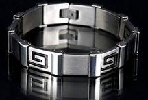 Biżuteria z grawerem dla niego / Nie masz pomysłu na prezent dla swojego partnera? Każdy elegancki mężczyzna powinien posiadać w swojej garderobie stylowe spinki do koszuli i krawata, łańcuszek czy bransoletkę. Możemy wygrawerować na każdym z elementów inicjały co sprawi, że staną się one wyjątkowe.  Wszystkie produkty dostępne na stronie: https://eprezenty.pl/source/186/cat/197/