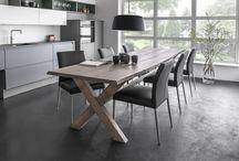 Planke- og spiseborde / Hos Tvis Køkkener kan du få fremstillet dit eget unikke planke- og spisebord af snedkere på vores egen bordpladefabrik.