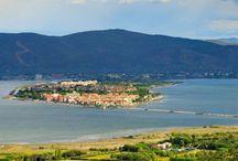 Orbetello e la sua Laguna / La laguna di Orbetello, in Toscana, è un paradiso naturalistico che in ogni stagione attira moltissimi visitatori.Questa splendida zona è in buona parte coperta dalla profumata macchia mediterranea, dominata dai 635 m del monte Argentario. Tre esili lingue sabbiose che racchiudono il rifugio avifaunistico della macchia di Orbetello, legano alla costa il promontorio dell'Argentario, un luogo incantato con un incomparabile scenario.