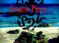 Il dio danzante / Un ergastolano viene brutalmente ammazzato dopo essere evaso dal carcere di Lecce. Era il custode di un favoloso bottino in lingotti d'oro frutto di una sanguinosa rapina avvenuta molti anni prima. Il terzo giallo del simpatico cronista salentino Rosario Saru Santacroce si svolge nel Salento