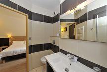 Chambre confort / Nouvelle chambre cocooning pour 2 avec parquet au sol et mobilier en cuir et chêne massif
