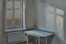 Interiörer, olja på duk. / I interiörmålningar återger jag ljusets skiftande temperatur när det faller genom fönstret till ateljéns avskalade rum.
