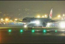 モヤが良い感じの演出になっています。 a taxing airplane #aviation #airport #airplane #taxing #nightview #fog #osaka #itamiairport #japanairlines #jal #b777 #伊丹空港 #タキシング #飛行機写真