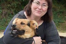 Voluntaris / Gossos / Fotos de voluntaris amb diferents gossos del CAAD Maresme. Perquè no hi ha res millor que veure a un animal amb un humà que li dona carícies i una mica d'amor!