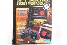 Giochi / Divertiti ad indossare i panni di un Detective: indagini scientifiche, esperimenti, Cluedo e la fantastica gamma di prodotti firmata Spy Gear dedicata ai piccoli agenti segreti.