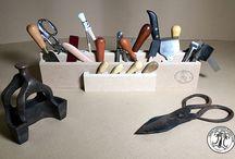 """Légende d'Art 1974 - Cuir Textile Créa / """"Légende D'art 1974"""" a acquis un savoir faire dans l'outillage des métiers du cuir. La qualité reste la priorité de la marque. Leur bureau d'études proche des sites de fabrication conçoit et développe à la demande des outils pour répondre aux besoins des artisans mais aussi à ceux des entreprises. Le catalogue d'outils s'enrichit d'année en année tout en respectant la tradition et la technique seule garantie d'un outil de qualité."""