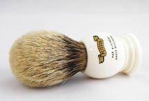 Pędzle do golenia / Najwyższej jakości pędzle z włosia borsuka wytwarzane przez wysoko wykwalifikowanych rzemieślników. Wszystkie pędzle są w całości wytwarzane w Wielkiej Brytanii, Francji lub Niemczech. Włosie z sierści borsuka posiada zdolność zatrzymywania ogromnej ilości wody, dzięki temu można wytworzyć pianę do golenia niezwykle szybko i łatwo. Pędzle z włosiem borsuka są bardzo trwałe. Odpowiednio zadbane służą właścicielowi kilkanaście lat lub dłużej.