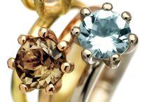 SANDBERG SWEDEN / SANDBERG- avansert design i internasjonal toppklasse hvor intelligent produkttenkning og kvalifisert håndtverk forenes. Sandberg gjør alt selv, fra idé, formgivning, materialvalg, legering av råvarer, produksjon, innfattning og kvalitetskontroll. Smykkene skal kunne tåle et kritisk blikk og kunne bæres livet ut. Alle smykker er stemplet med Sandbergs skilpadde, symbolet på et langt og lykkelig liv! Velkommen inn i skilpaddens verden!