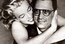 RICHARD AVEDON / Γεννήθηκε 15 Μαίου 1923 στη Νέα Υόρκη.Καθιερώθηκε ως ένας από τους πιο ταλαντούχους νέους φωτογράφους μόδας όταν το 1955 έστησε μια φωτογράφησή του μέσα σε ένα τσίρκο.Ήταν επίσης γνωστός για τα ασπρόμαυρα πορτρέτα του,τα οποία ξεχώριζαν για την ανθρώπινη ποιότητά τους και την ευάλωτη πλευρά των εικονιζομένων που έφερνε στην επιφάνεια.Απεβίωσε την 1η Οκτωβρίου 2004 στο Σαν Αντόνιο του Τέξας.