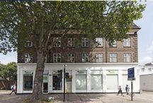 APPARTAMENTO A CHISWICK HIGH ROAD_LONDRA / http://www.homes4you.it/appartamento-a-chiswick-high-road_londra Un ampio appartamento posto al  primo piano di una elegante e tipica palazzina londinese, al primo piano della quale c'è un tranquillo locale commerciale. E' un appartamento con tre camere da letto, ampio ingresso, recentemente sono state ristrutturate la cucina ed il bagno, con nessuna spazio antistante o retrostante di proprietà. PREZZO:   725.000£ pari a 911.261 euro (codice 007 C)