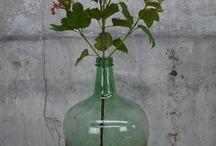 Woonaccessoires / Unieke oude, brocante woonaccessoires zoals, glazen flessen, kisten, koffers, porselein, aardewerk, vazen, teilen, schalen en emaillewerk zijn ook te vinden op www.grijsengroen.nl