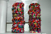 Armbanden uit Peru / Prachtige handgemaakte armbanden uit Peru ! Net Binnen ! Prachtige kleurrijke armbanden uit Peru ! Deze vrolijke armbanden zijn gemaakt van de beroemde Manta Inca stof uit Cusco Peru, de oude Inca's gebruiken deze stof al jaren. Handgemaakt en uniek, er is er geen één hetzelfde. De armbandjes sluiten met een haakje en zijn in lengte iets verstelbaar en passen om elke pols.