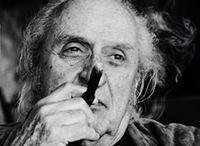 Arturo Carmassi / Dopo aver viaggiato in Europa e lavorato per qualche tempo a Parigi, si trasferisce a Milano dove stringe rapporti con Gino Ghiringhelli, proprietario della Galleria Il Milione, che diventa il suo mercante e nel 1956 prende lo studio in Via Andegari