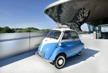 Tümüyle BMW Deneyimi / Münih'teki BMW Welt, BMW Müzesi ve BMW Fabrikası'nı pek çok kişi bilir. BMW Welt, teknoloji, tasarım ve yenilikçiliği yaşam tarzı ve kültür ile birleştirmektedir. BMW Müzesi'nde ziyaretçiler tasarımın tarihi ile teknolojik yenilikleri öğrenebilir; BMW Fabrikası'ndaki turda ise farklı üretim aşamaları muhteşem bir şekilde gözlemlenebiliyor. Panomuzdaki fotoğraflara bir göz gezdirin ve BMW'yi farklı açılardan deneyimleyin.
