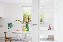 Binnendeuren / Niets is leuker dan af en toe je interieur veranderen. Een ander kleurtje op de muur, een nieuwe bank, fleurige kussens en verrassende accessoires… Een kleine makeover kan al een groot verschil betekenen. Maar heb je hierbij wel eens aan de binnendeuren gedacht? Die maken je huis pas echt af! Je staat versteld van het resultaat en nog betaalbaar ook! Laat je inspireren, kies jouw favoriete deur en gun jezelf het allerbeste.