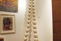 Ceramics : formes rondes fermées, accrochage et déco/round shapes / Projet collier mural et galets