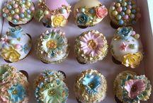 cupcakes  / O cupcake, bolinho de origem inglesa, o nome original é fairy cake, bolo de fada. Mini bolo ou bolo de copo, bolo de forminha ou cupcake, é um pequeno bolo designado para servir uma única pessoa, frequentemente assado
