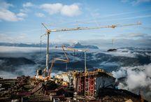 """Z cyklu """"ULMA na świecie"""": Messner Mountain Museum Corones / MMM Corones to najwyżej położone muzeum na świecie - znajduje się w Dolomitach w okolicach Bolzano na szczycie góry Kronplatz (Plan de Corones) o wysokości 2275 m n.p.m. Muzeum poświęcone jest historii alpinizmu. Budynek zaprojektowany przez Zahę Hadid został oddany do użytkowania latem br. Do jego budowy wykorzystane zostały deskowania ULMA dostarczone przez  naszą firmę z Włoch: ULMA Construction S.p.A."""