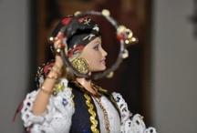 Creaciones Barbie - Moros y Cristianos de Elda - Zíngaros / Dos grandes pasiones de Mila Gil son las fiestas de Moros y Cristianos de Elda y la otra son las muñecas Barbie. Ambas junto con su buen gusto y habilidad con las manos han contribuido a la creación de autenticas obras de arte con esta famosa muñeca. Desde el peinado, hasta el último botón o la pasamanería de un vestido, pasando por los zapatos (como buena hija de Elda) hasta la misma base, que sirve de soporte de la muñeca, Mila logra que sus creaciones sean el sueño de niñas y mayores.