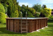 Baseny / Drewniane baseny są ekologiczne i trwałe. Mogą być montowane jako naziemne oraz całkowicie lub częściowo wkopywane w ziemię. Malowanie i olejowanie umożliwia dopasowanie ich do innych elementów wyposażenia ogrodu.