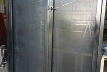 Szafa ogólnego zastosowania / Szafa wykonana z profili , kątowników stalowych . Pokryta blachą perforowaną , nitowaną do konstrukcji . Blacha perforowana zastosowana w tym przypadku do łatwego odczytu manometrów znajdujących się wewnątrz