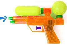 Pistolets à eau pour la kermesse / Des pistolets à eau pour la kermesse des enfants.