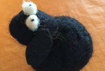 Ovejita negra de filtro #ateliermanosalaobra / Ovejita de fieltro, con técnica húmedo