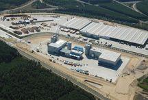 Nasza Fabryka Pelletu / W 2008 roku w Zielonej Górze uruchomiliśmy fabrykę pelletu drzewnego. Pellet to paliwo z biomasy (w fabryce Stelmet - z drewna iglastego), które używane jest głównie do ogrzewania domów i innych pomieszczeń oraz do wytwarzania energii w procesach przemysłowych.   W fabryce pelletu Stelmet produkowane są dwie linie pelletu - Lava i Olimp.