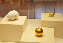 Lo Mejor de la Marca ''Fabergé'' / Fabergé es una marca imperial de joyería que tiene sus orígenes en 1842. Durante siglos ha sido famosa por el diseño de sus Huevos de Pascua con piedras incrustadas y su elaborada joyería. Encuentra sus mejores diseños en este exclusivo post: https://tendenciasjoyeria.com/una-santa-tradicion-para-sonar-entre-joyas/