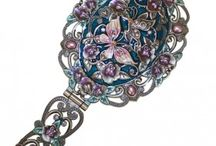 HANDBAG MIRRORS / A  lovely designed  Handbag Mirrors with flowers, angels and pretty ornate scrolling and beautiful carvings.    These gorgeous and colourful wholesale handbag mirrors are just perfect addition to your jewellery corner.    They have locking system and two mirrors one on the top and one on the bottom part with a zooming effect.