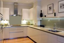 Glass Kitchen Backsplash / The finishing touches for any kitchen are so important, we've chosen these glass backsplash ideas for your kitchen to give you an idea of colors and styles .... we love them and hope you do to.