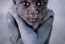 """Artista: Steve McCurry / """"Si sabes esperar la gente se olvidará de tu cámara y entonces su alma saldrá a la luz."""""""