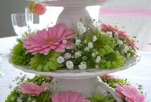 centros de mesa tazas y flores