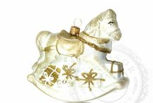 Les plus jolies figurines en verre pour le sapin de Noël / La magie des fêtes de fin d'année c'est aussi décorer son sapin en famille. Il y a d'autres formes d'ornements que les boules de Noël : les figurines en verre. Oursons, petit trains, voitures, ange, bonhommes de neige, chevaux, instruments de musiques trouveront dans votre sapin une place de choix.