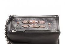 Givenchy Bags / Der gefeierte Designer Riccardo Tisci hat Givenchy von einem klassischen Couture Haus zu einem Favoriten der Fashion-Elite transformiert. Seine düster-romantische Vision aus innovativen Prints, moderner Schneiderkunst und außergewöhnlichen Accessoires ist unangefochten. Shoppen Sie Givenchy auf StoreTip