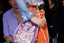 Embroidered leather handbags. Crafts. / Toda la colección de bolsos y carteras están confeccionadas en piel por los artesanos del kashmir. Los bordados florales tipo ari son tipicos de esta región del norte de la India. Son piezas únicas. Visita nuetra web: kashmirshawlatelier.com