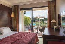 Nos chambres / Confortables et fonctionnelles, la plupart de nos chambres climatisées sont agrémentées d'un balcon ou d'une terrasse et offrent une vue sur la nature environnante la piscine ou la mer.